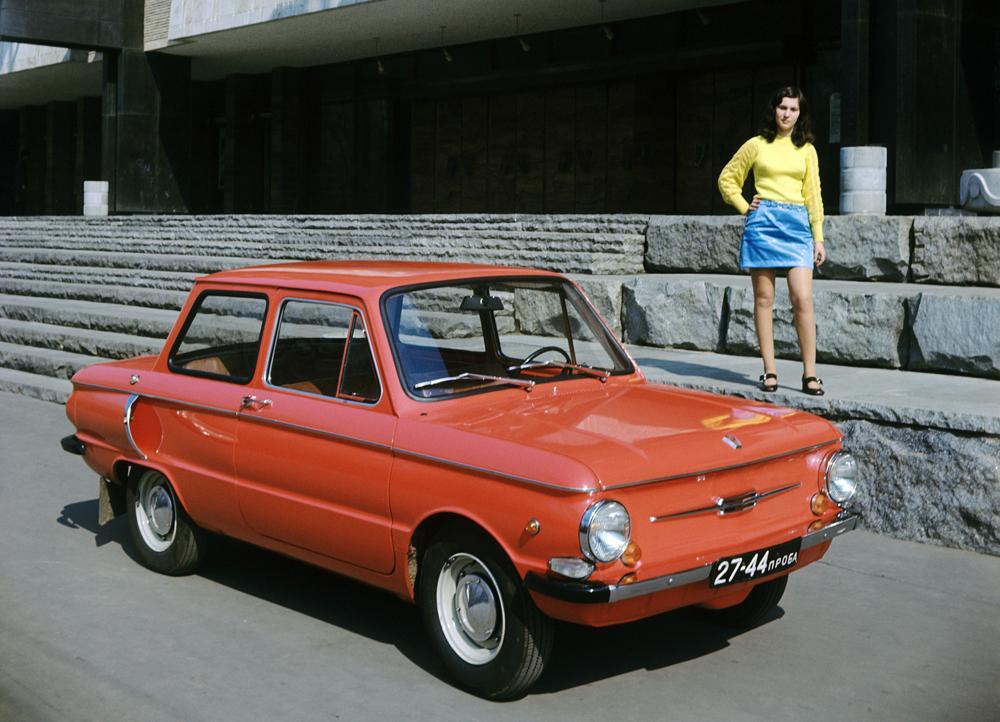 """Der """"Saporoschez 968"""", im deutschen Sprachraum auch bekannt als """"Eliette"""", war eine wahre Legende der sowjetischen Automobilindustrie. Der 1960 erstmals auf den Markt gekommene PKW wurde rasch zu einem Stadtfahrzeug für die breite Masse. Da der """"Eliette"""" kompakt, sparsam und auch noch kostengünstig war, stellte er in der UdSSR praktisch das einzige Auto dar, das für den Durchschnittsverbraucher erschwinglich war. Aufgrund seiner nach außen stehenden Luftfilter, die zur Motorkühlung dienten, erhielt der """"Saporoschez"""" von der Bevölkerung auch den komischen Beinamen """"Segelohr""""."""