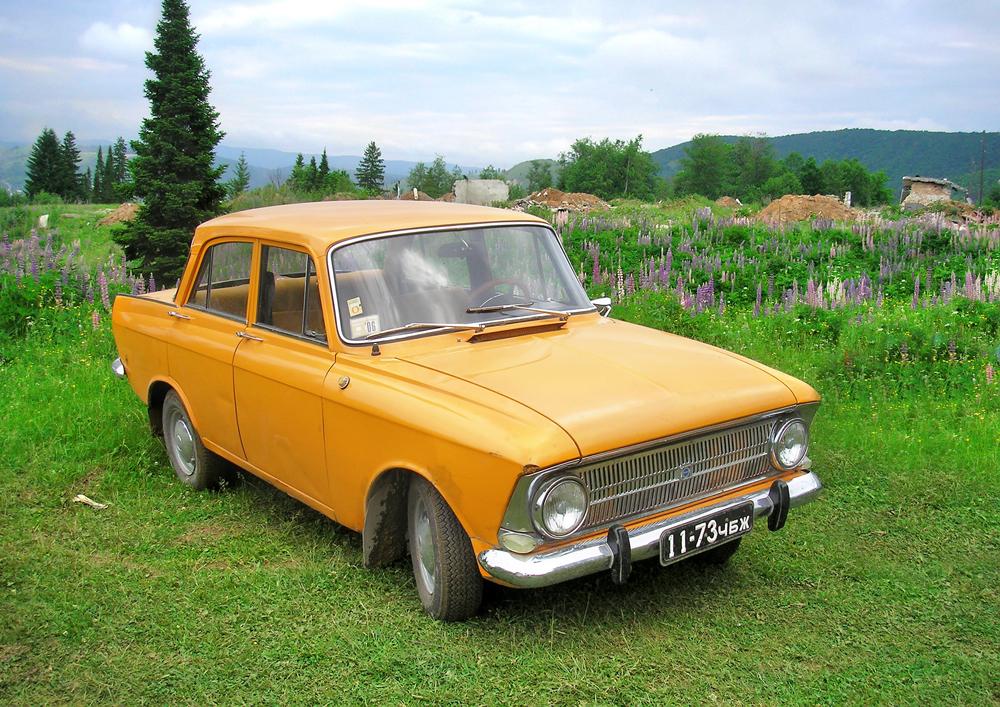 """Der """"Moskwitsch 412"""" war eines der erfolgreichsten PKW-Modelle der Sowjetunion. Dieses wurde von 1967 bis 2001 zuerst im Moskwitsch-Werk in Moskau und dann später im Ischmasch-Werk in Ischewsk produziert. Schon bald nach Beginn der Serienproduktion fing man an, den """"Moskwitsch 412"""" zu exportieren. So wurde das Modell auch zum Teil in Belgien unter der Marke Scaldia zusammengebaut. Der """"Moskwitsch"""" war zudem eines jener Modelle, die über 30 Jahre hinweg produziert wurden, und wegen seines günstigen Anschaffungspreises sowie den erschwinglichen Ersatzteilen und Servicekosten war er auch in den 1990er Jahren noch äußerst beliebt."""