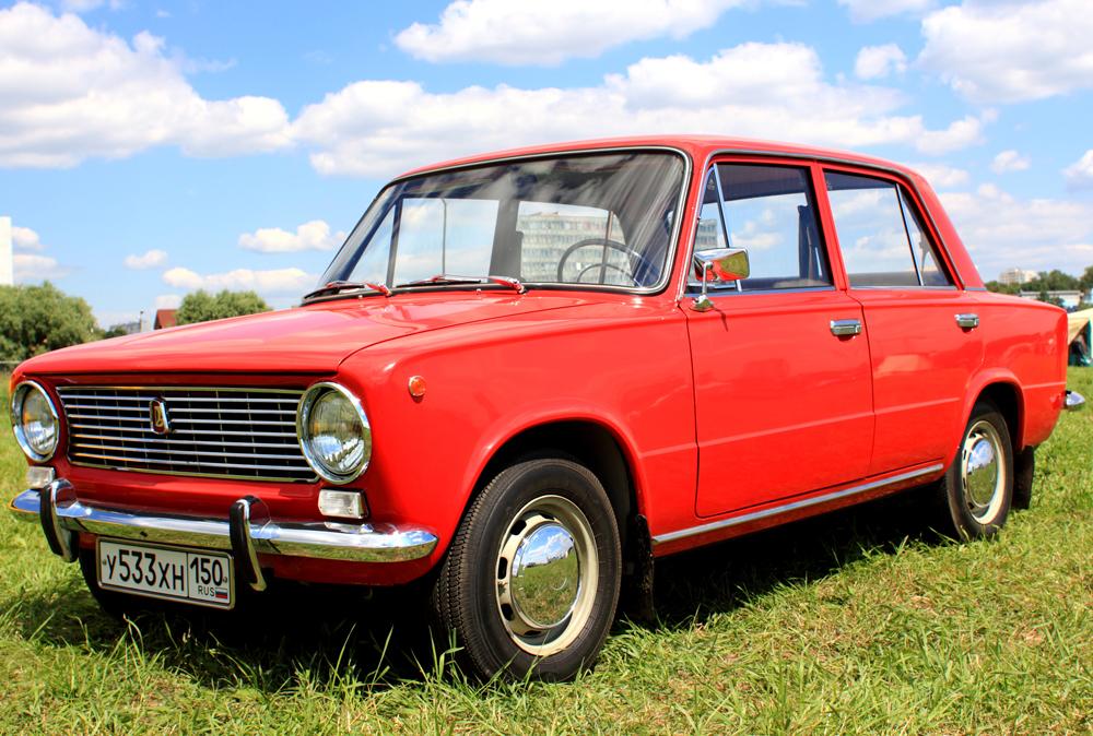 """Der """"VAZ 2101"""", auch bekannt als """"Kopejka"""" (in Europa wurde dieses Modell unter dem Namen LADA 1200 verkauft) war das erste Auto, das im Wolga-Automobilwerk hergestellt wurde. Die neue Limousine, welche 1970 den Markt eroberte, überzeugte mit ihrem Heckantrieb und war praktisch zur Gänze eine Kopie des italienischen """"FIAT 124""""."""