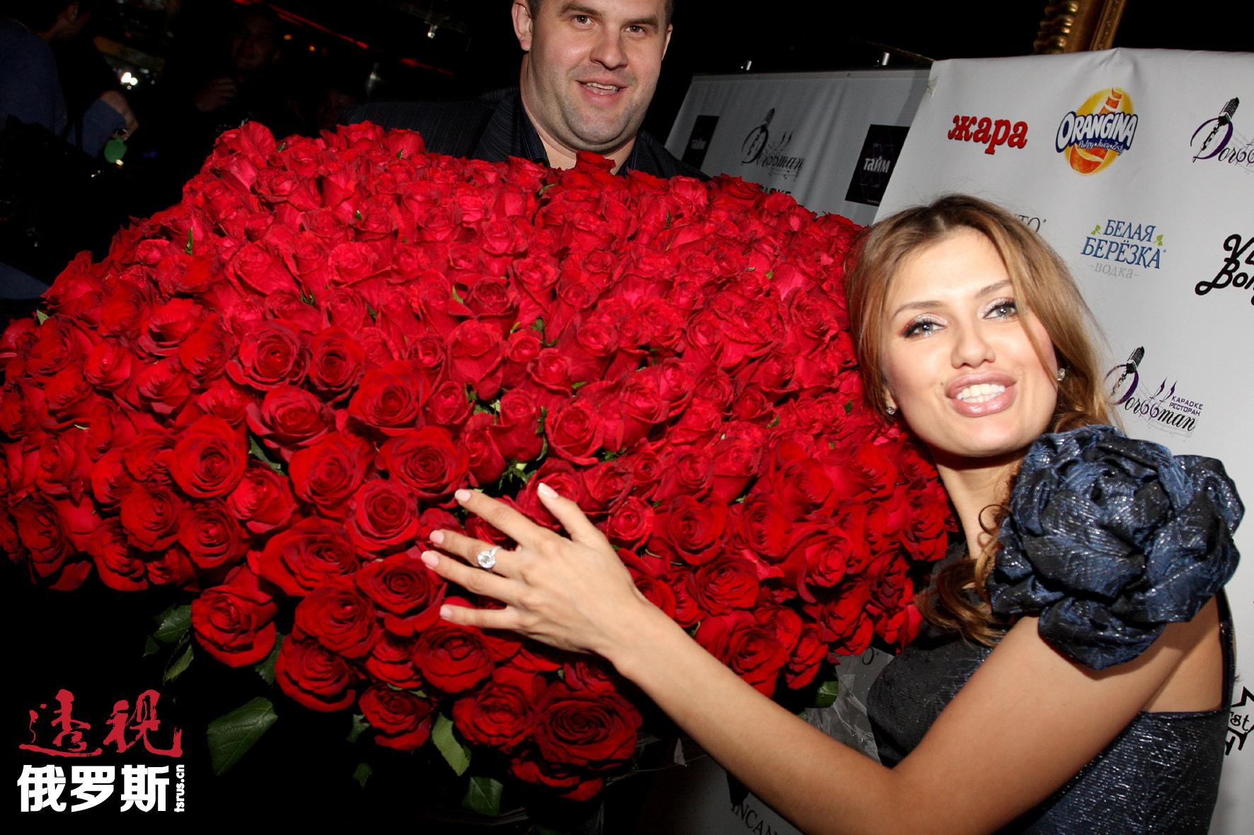 """2001年,维多利亚·波尼亚代表俄罗斯参加""""地球小姐""""选美比赛,但未能成功进入决赛。"""