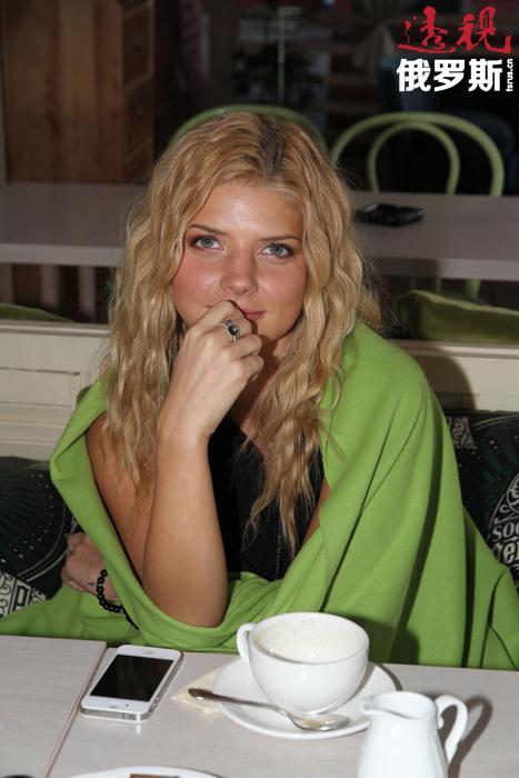 2008年,导演马吕斯•瓦伊斯伯格(Marius Vaisberg)邀请娜斯佳在其新片《爱在大都市》中饰演一个主要角色。据娜斯佳自己说,她之所以对这一邀请产生兴趣,是因为马吕斯认为她不仅是一位金发美女,还是一位有着无限表演潜力的性格演员。
