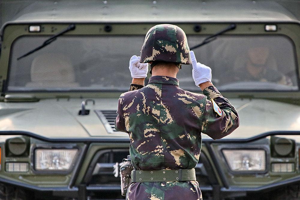 """""""和平使命-2013""""俄中联合反恐军演在俄罗斯车里雅宾斯克州开始举行。8月1-2日,中国人民解放军参演主要部队已抵达目的地,他们将同俄罗斯同行共同制定应对恐怖主义威胁战术和机动行动措施。"""