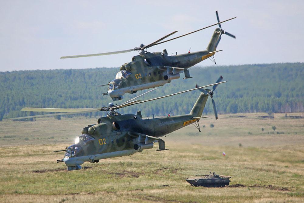 """俄中两国部队在""""和平使命-2013 """"联合反恐演习框架内进行的配合战斗期间,成功地占领了假定恐怖分子的基地。基地设在位于乌拉尔齐巴尔库尔靶场的卡斯利诺村 。鉴于此,反恐演习成功结束。"""