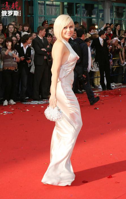 1998年夏天,叶莲娜举家迁往纽约,尝试模特和演员职业。