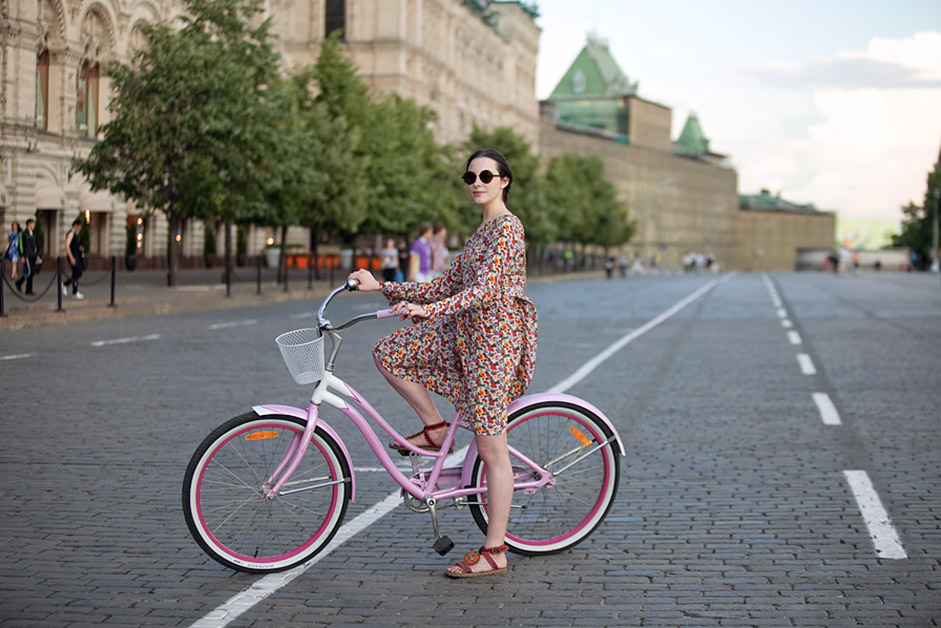 Moscow is notorious for its multi-kilometer traffic jams, and public transport is overloaded, so more and more people are starting to pedal. / Anna, student. Cycle Trek. Red Square.