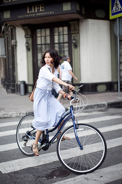 This trend is just starting to gain popularity in Russia. Cycle lanes are beginning to appear in the city, although the sidewalks are still littered with cars and driving among the traffic is sometimes very dangerous. / Anya. Cycle Schwinn