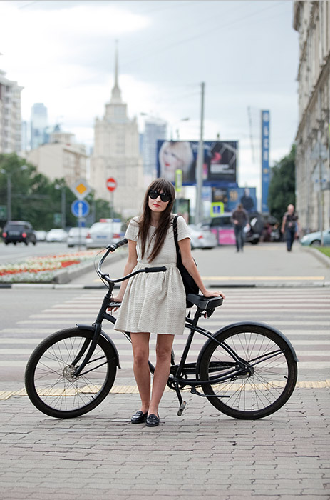 The heroines of Alena Chandler's blog cycleslady.com are stylish Muscovite women not afraid to ride a bike through the city in a skirt or dress. Rather than losing their femininity, they add beauty and charm to this age-old means of transport. / Dasha, fashion editor. Cycle Trek Drift. Arbat street.