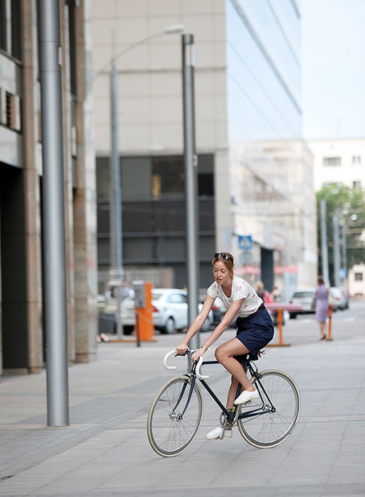 "Many talk about the harsh climate: winter in Russia lasts six months and makes cycling around the city rather difficult. Cyclists reject such pessimism: ""It's worth buying a bike and starting to ride just for six months of the year."" / Masha, buyer. 14Bike C. Belorusskaya metro station."