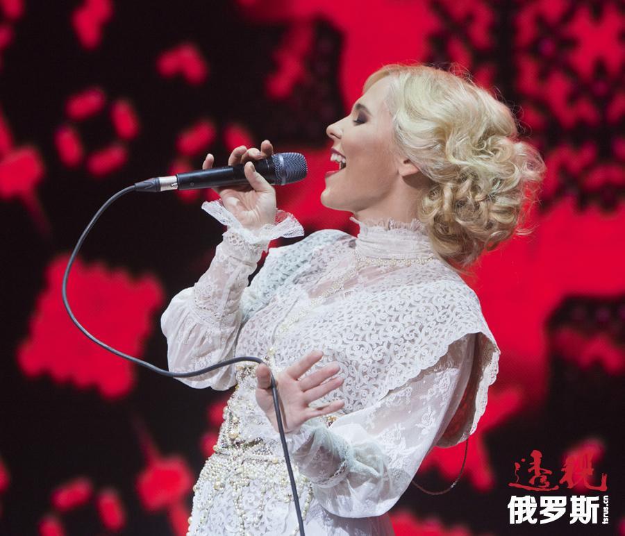 """贝拉盖娅·汉诺娃(Пелагея Ханова)是一名俄罗斯民谣摇滚歌手,于1986年7月4日出生在新西伯利亚市。她是""""贝拉盖娅""""音乐组的创始人和独唱演员,擅长演唱改编成摇滚风格的俄罗斯民歌和抒情歌曲。"""