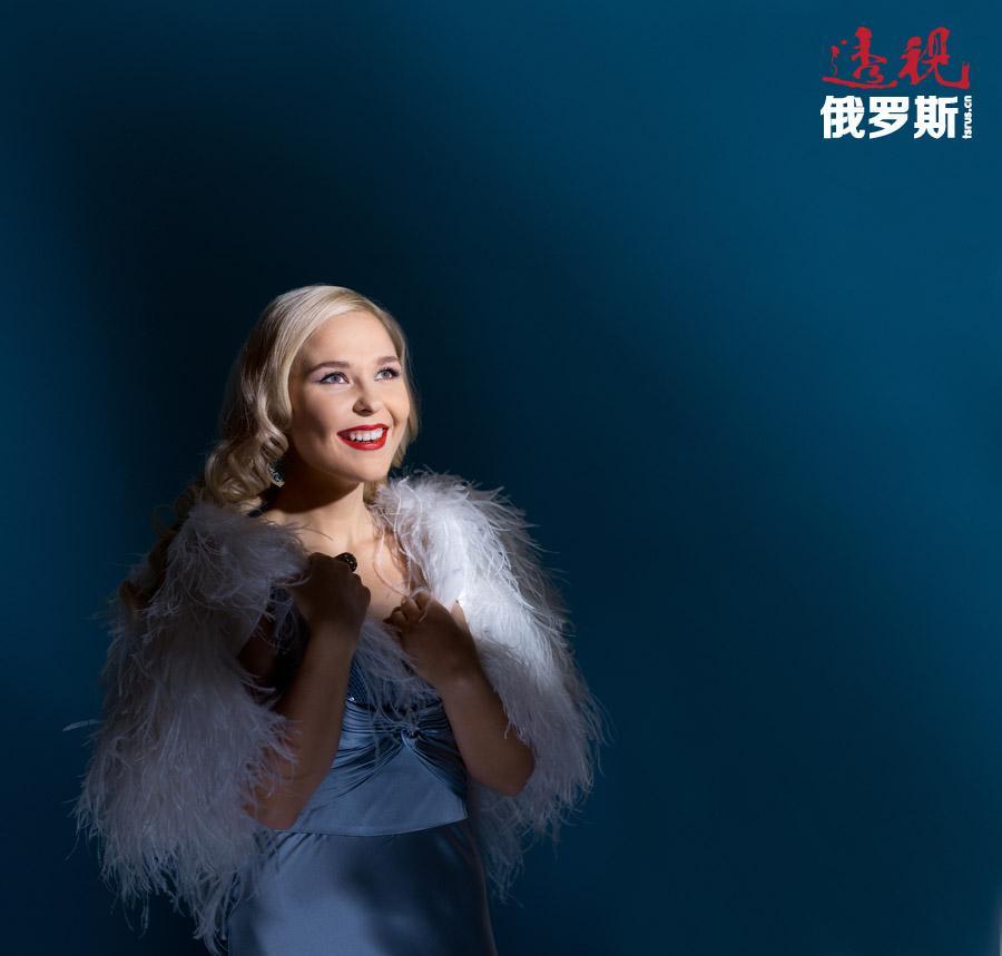"""1996年,贝拉盖娅参加了《晨星》儿童音乐大赛,并赢得了""""1996年俄罗斯最优秀民歌手""""的荣誉称号和1000美元奖金。"""