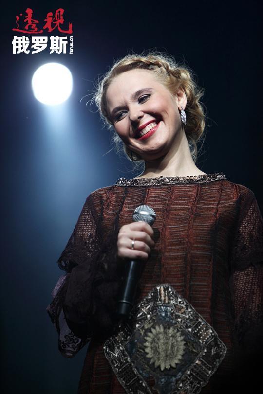 """1997年成了贝拉盖娅命运的转折点,在这一年同时发生了几件大事。好莱坞导演安德烈·康查洛夫斯基(Andrei Konchalovsky)邀请她参加在红场上举行的莫斯科850周年盛大纪念演出!这场演出由BBC电视台面向全球转播,贝拉盖娅演唱了自己的流行歌曲《高兴,弟兄们,高兴!》(Любо, братцы, любо!),成为演唱会的一大明星。从此之后,媒体开始称其为""""国宝""""和""""重建的象征""""。"""