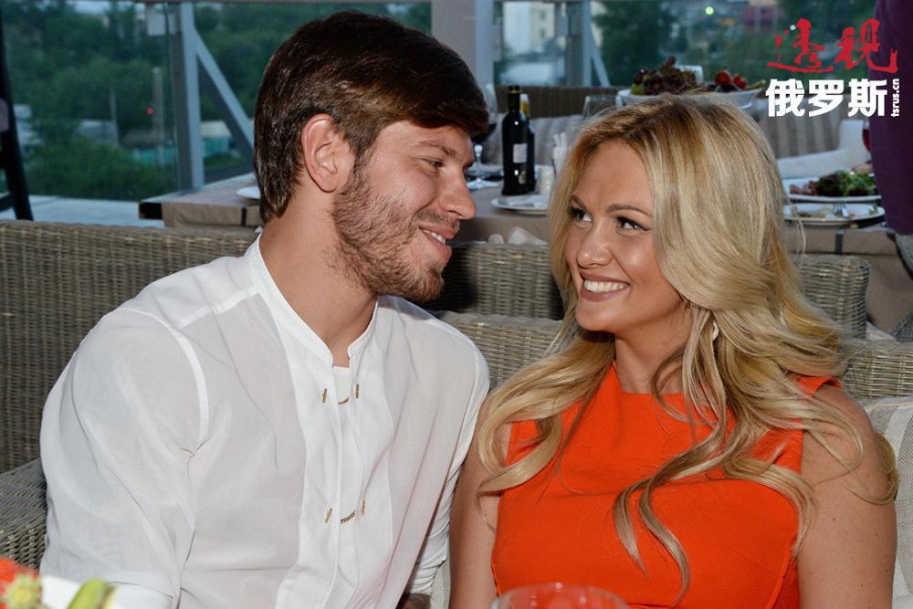 2013年,维多利亚·洛佩列娃宣布与迪纳摩俱乐部球员、俄罗斯国家足球队成员费奥多尔·斯莫洛夫(Fedor Smolov)订婚。但这一重要盛会举行前夕却意外延期,女方将原因归咎于家庭状况。