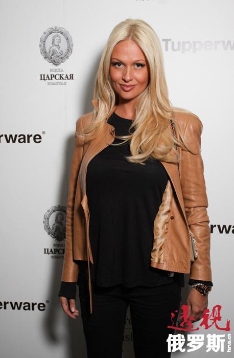 2009年,维多利亚·洛佩列娃获得MBA文凭。