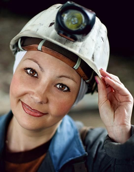 However, nobody said that being a miner is an exclusively male profession. In the photo: a female miner works in the production quality control department. She regularly goes down into the mine. Polysayevo, a town in Kemerovo Oblast, Russia, located on the right bank of the Inya River 139 kilometers south of Kemerovo.