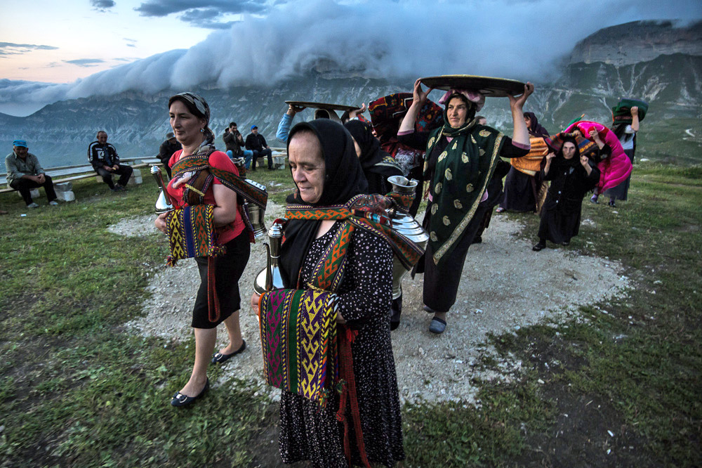 It often happens that everybody in the mountain village attend a wedding as well as all the relatives and friends living in other mountain villages. They travel from far away to attend the wedding of their families, friends and compatriots.