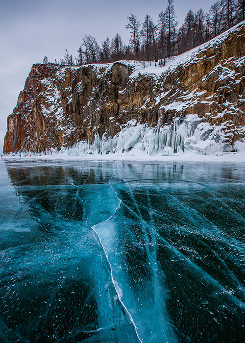 A journey through the universe, the aurora borealis, and shards of icebergs... the rest depends on your imagination. Wintertime on Lake Baikal, the deepest lake in the world (70 km from Irkutsk), is a frosty fairytale for true romantics.