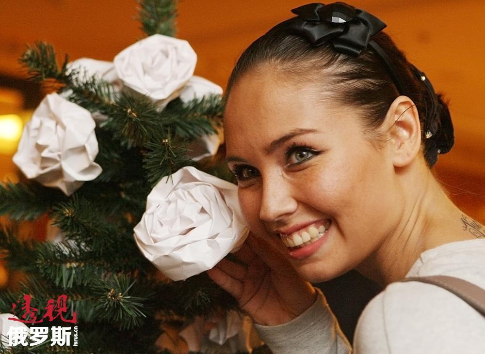1997年,12岁的莉亚伊桑在一次比赛中被著名教练伊琳娜·亚历山德罗夫娜·维涅尔(Viner Irina Aleksandrovna)发现,并被邀请去莫斯科训练。1999年,乌佳舍娃获得运动健将称号。