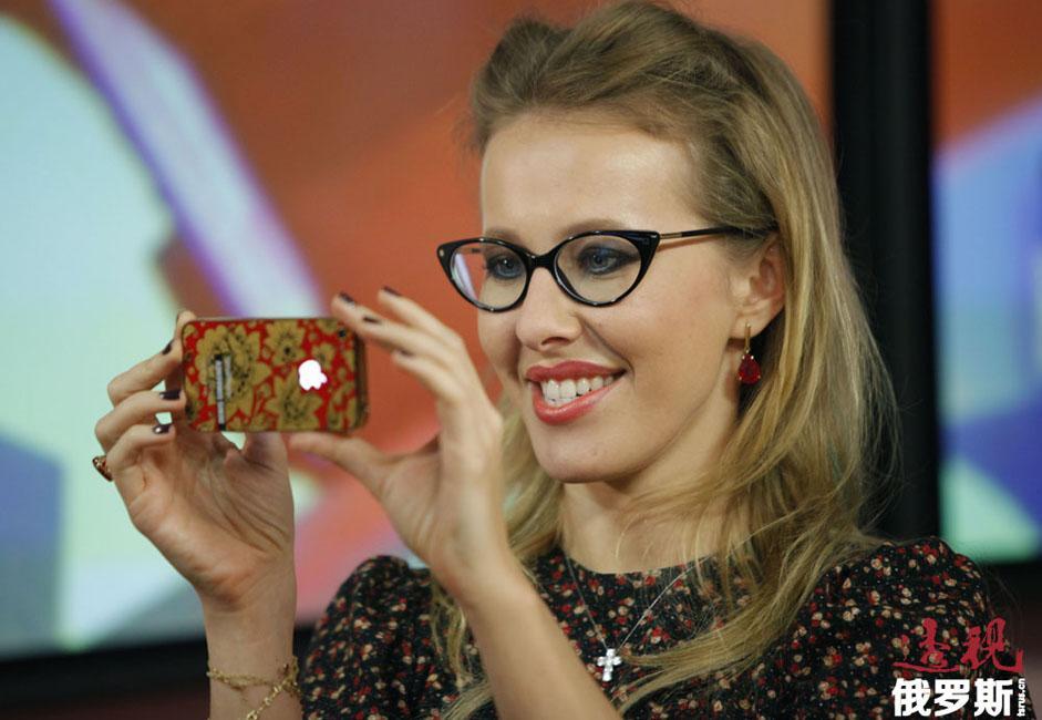 克谢尼娅还是反对派脱口秀的主持人,该节目邀请俄罗斯的知名反对派政治家和社会活动家一起讨论尖锐的社会政治问题。