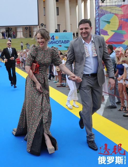 """但2013年冬,索布恰克出人意料地嫁给了演员马克西姆·维托尔甘。两人成功地保守了自己的爱情秘密。如今,克谢尼娅和马克西姆成了俄罗斯最耀眼的明星情侣之一。索布恰克有一次在自己的博客中写到:""""我的丈夫是如此地非凡!"""""""