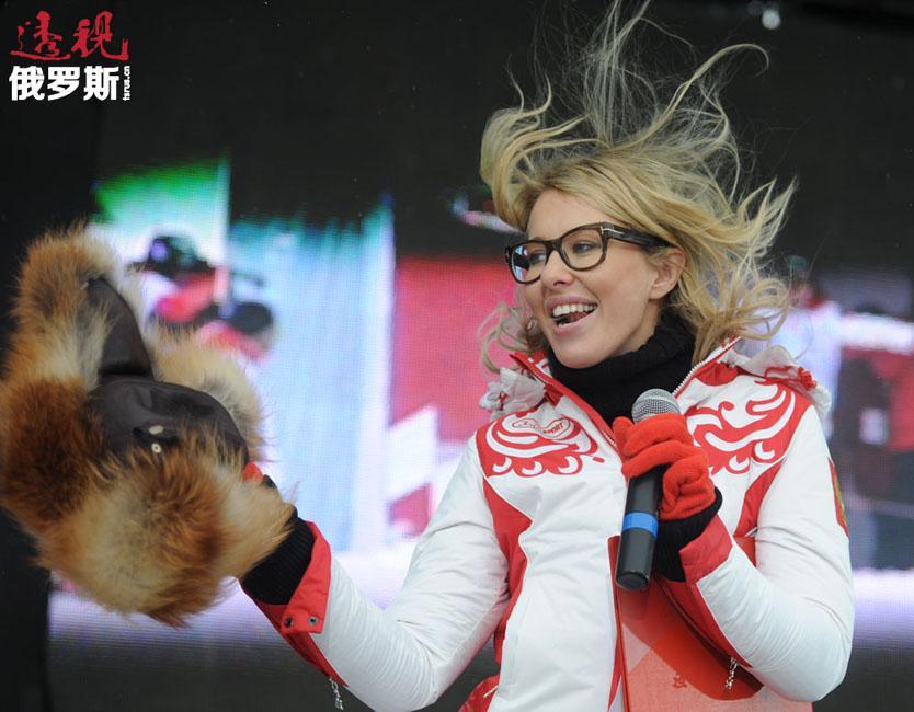 """克谢尼娅·索布恰克还积极参与社会政治生活,不止一次参加反对派的大规模集会。2011年国家杜马选举后,克谢尼娅·索布恰克支持反对选举舞弊的抗议活动。2012年普京再度当选总统后, 3月10日索布恰克参加了在莫斯科新阿尔巴特大街举行的名为""""要诚实的选举""""的集会。"""
