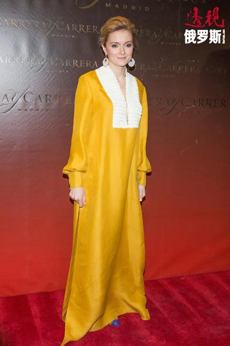 """在继承父亲酷爱电影这一特点的同时,年轻女孩也吸收了母亲对时尚的热情。决定要尝试新的职业生涯后,2010年代末娜杰日达推出了自己的服装品系,其时装品牌得名""""娜金""""。"""