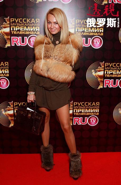 亚娜•鲁德科夫斯卡娅(Yana Rudkovskaya)1975年1月2日出生在莫斯科的一个军人家庭。一出生父亲就被派往阿尔泰边疆区的巴尔瑙尔市服役。