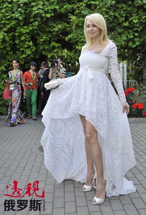 但亚娜并不满足于此,一年后再次带领自己的歌手参赛。2008年,在亚娜•鲁德科夫斯卡娅的率领下,俄罗斯的三人组——歌手季马•比兰、奥运会花样滑冰冠军叶甫根尼•普柳先科(Evgen Plyushchenko)和匈牙利小提琴大师艾德文•马顿(Edvin Marton)荣获欧洲电视歌曲大赛冠军。