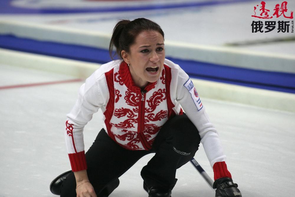 但女孩不想放弃体育事业,并接受女友的建议开始尝试冰壶运动。