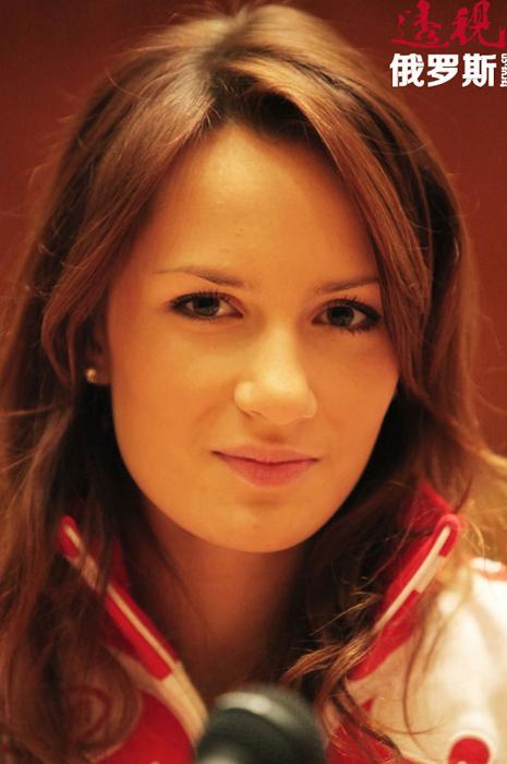 这位19岁女运动员以不俗的成绩为自己开启了通往温哥华冬奥会之路,并在比赛中两次担任俄国家队队长,成为冰壶史上最年轻的队长。