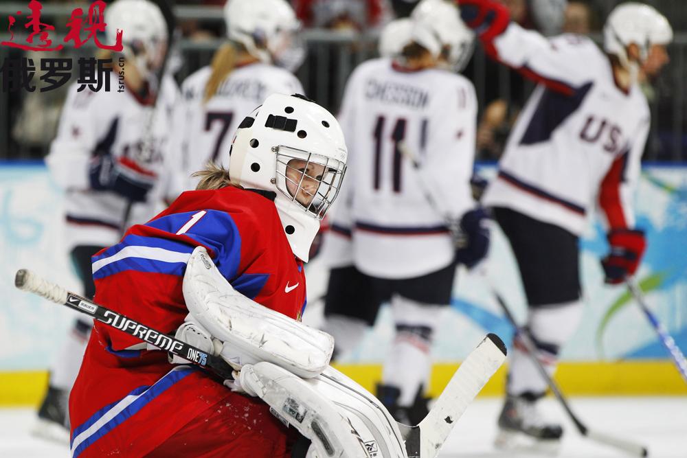 她开始在当地的女子冰球俱乐部打球,并且多次代表男队出战。除了裁判为避免发生意外让她把马尾辫藏到头盔下面外,谁都没对此表示反对。