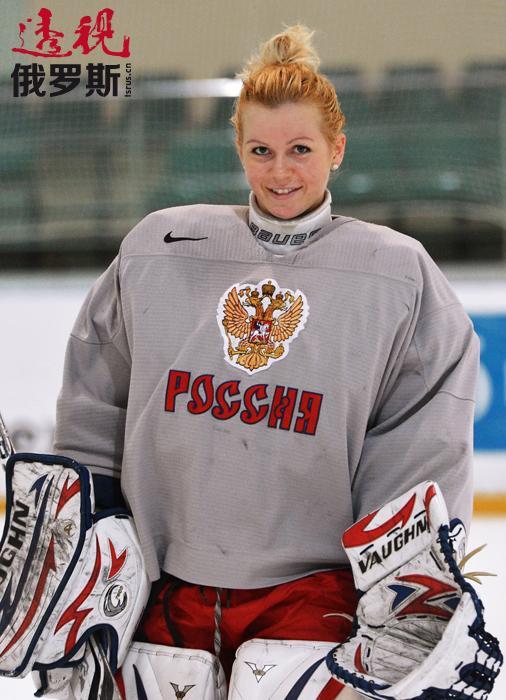 安娜已经送俄罗斯队进入了八分之一决赛。希望这位年轻的女子冰球运动员继续在冬奥会上有出色的表现并给观众带来惊喜!
