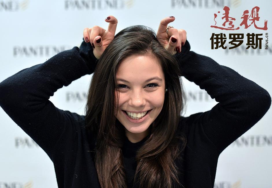 叶莲娜·伊利内赫(Elina Ilinykh),1994年1月25日生于哈萨克斯坦的阿克套市,不久后全家搬往莫斯科。小列娜(即叶莲娜——编者注)四岁时初次被奶奶带上冰场。几堂训练课后,老师就建议父母将其送往花样滑冰学校学习。