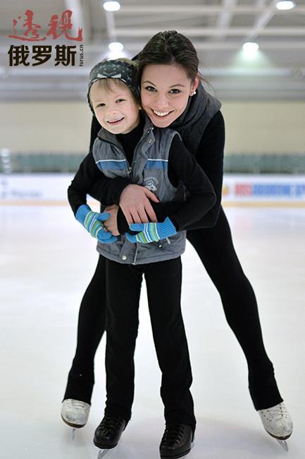 伊利内赫十一岁时已能跳好几次三周跳,这表明她作为单人滑选手将前途无量。