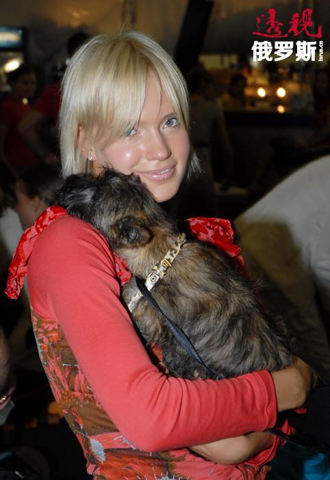2002年,伊奥诺娃决定开始独唱。教育环境对她的创作产生很大影响。她的家中很早有了电脑,她常常整天地坐在电脑旁。