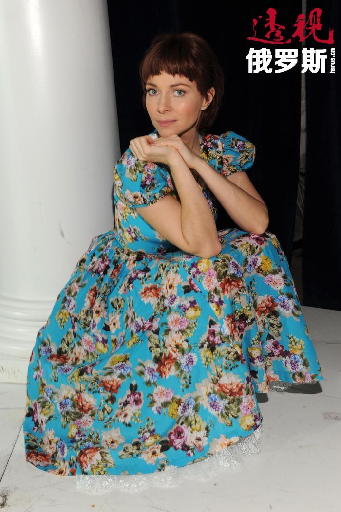 """与此同时,叶卡捷琳娜还接拍了俄罗斯流行电视剧《罪恶俄罗斯》。黑帮老大萨沙•别洛夫妻子这一角色让她闻名全国。从那时起她被固定以""""刚强和忠诚""""的女子形象。"""