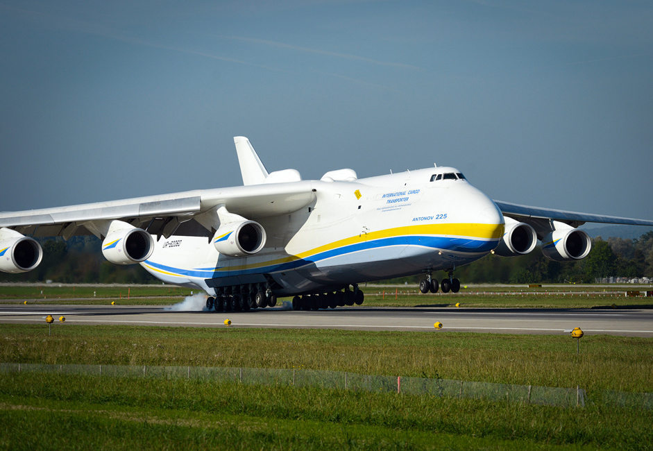 The dimensions of the AN-225 are striking: 84 meters long, 18 meters high.