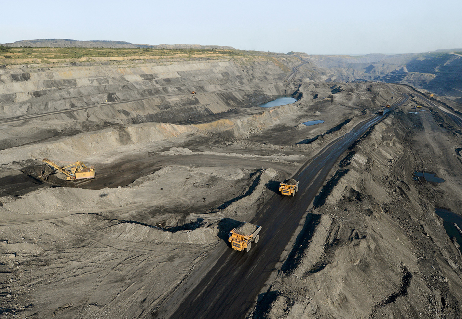 Over 147 BelAZ and Komatsu dump trucks work in the mine's expanses. Each truck has a carrying capacity ranging from 40 to 320 tons.