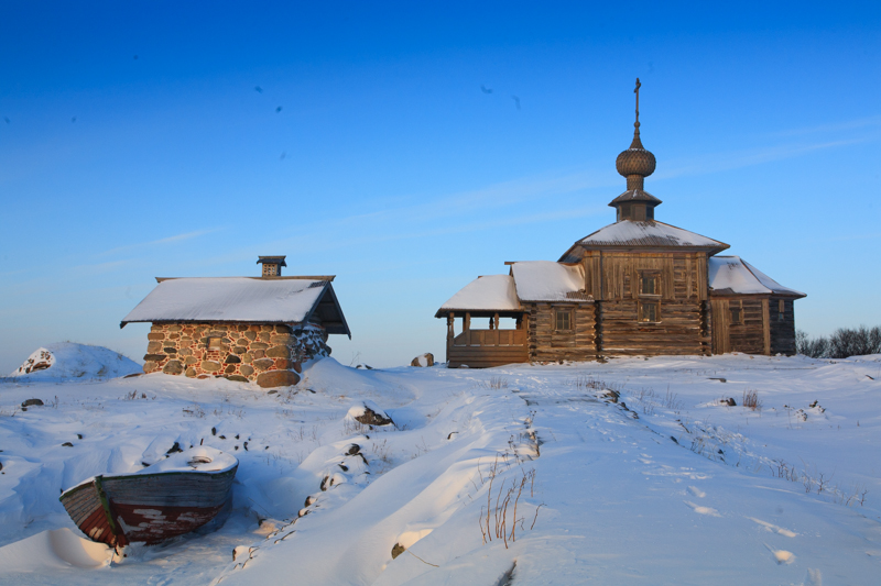 For many of the islands' residents, winter is the only time they can bring their household to order. The islanders can rely on themselves in the winter: they repair their own stoves, take care of their own kids, tidy up their UAZs and Land Cruisers, take their snowmobiles out on Lake Svyatoye, ski through the Makarevskaya Desert, and fish on Bolshoye Krasnoye Lake. They enjoy their downtime until the next summer.