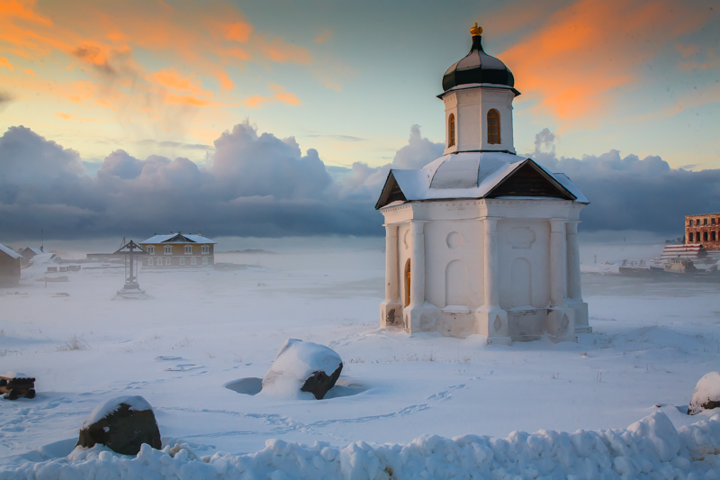 Ten people come to the islands in the winter. In the best case, you can get to Sekirnaya Mountain, Negotiation Rock, or Muksalma Island on snowmobiles. The archipelago's other islands have absolutely no route to access them. Closed souvenir shops, bike rental booths buried in snow banks, and locked hotels and cafes greet the seldom guest to the snow-covered village of Solovetsky.