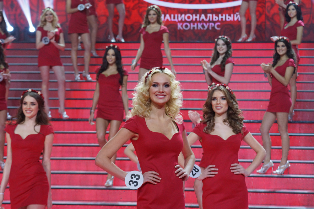 The final part of the competition alone involved 50 girls. In the first round, they took to the stage in red dresses and wreaths of flowers.