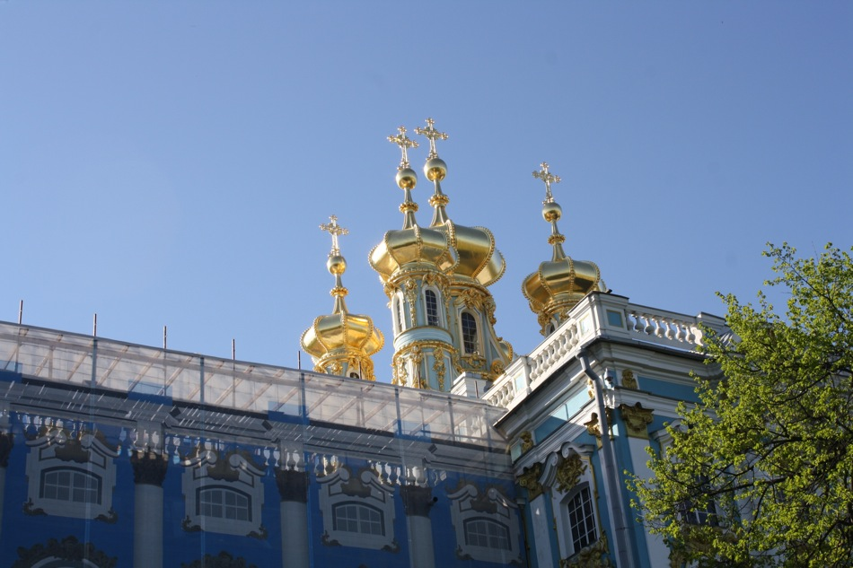 More than 100 kilograms of gold were used to gild the stucco façade and statues on the roof.