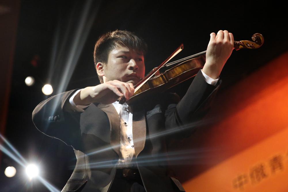 中国青年演奏家谢晓明演绎的《梁祝》小提琴协奏曲优美流畅