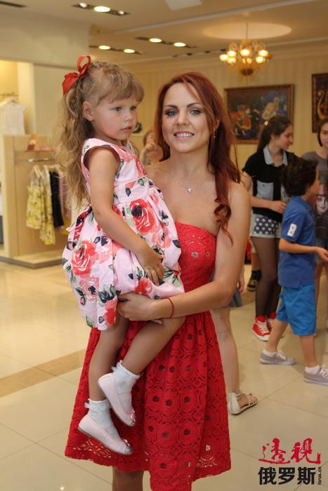 就在这一年,马克西姆荣获了十年突破奖,但在2008年下半年她几乎不再亮相舞台。有传言说,她同俄演艺界女王阿拉•普加乔娃发生了口角。后来,事实证明,马克西姆当时怀孕在身,并于2009年诞下一女。