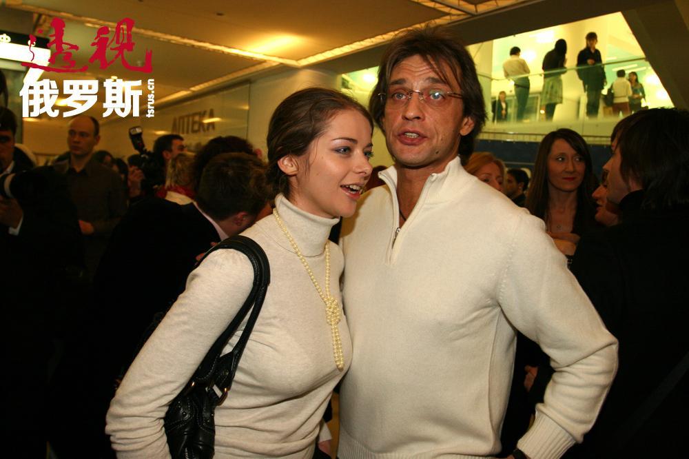 """她与演员亚历山大•多莫加罗夫有过一段事实婚姻。2012年7月11日,玛丽娜在纽约生下儿子安德烈,孩子的父亲是""""第一频道""""导演安德烈•博尔坚科。"""