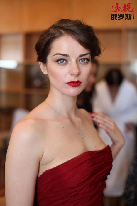 """电视连续剧《阿扎吉尔》让玛丽娜•亚历山德罗娃名声大噪,2002年她参加了一个轰动一时的电视节目""""最后的英雄3"""",节目中俄罗斯的演艺明星们要在一座与所有文明完全脱离的小岛上生活。"""