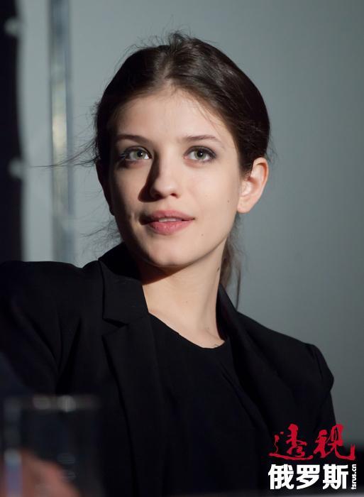 安娜•奇波夫斯卡娅曾在瓦列里•托多罗夫斯基的影片《布吉舞》中试镜,但当时被选中的演员是叶卡捷琳娜•维尔科娃。不过,导演称自己早就梦想同安娜合作。因此,2012年托多罗夫斯基开始拍摄电视连续剧《解冻》时,马上决定让奇波夫斯卡娅演女主角。