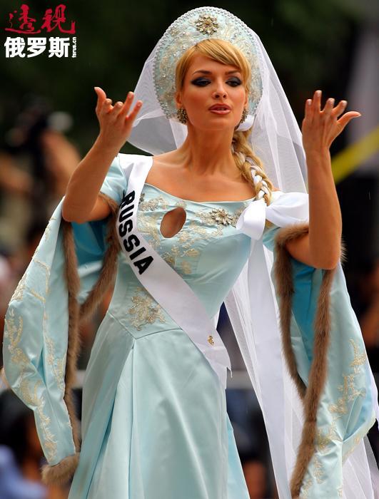 """塔季扬娜上大学时就已开始去当模特赚钱,她那亮丽的外貌以及舞台上与众不同的风格令观众印象深刻。2006年,她在""""罗斯托夫美女""""的比赛中获胜,后来又赢得了""""俄罗斯小姐""""的称号,当时超过一半的评委将选票投给了她。"""