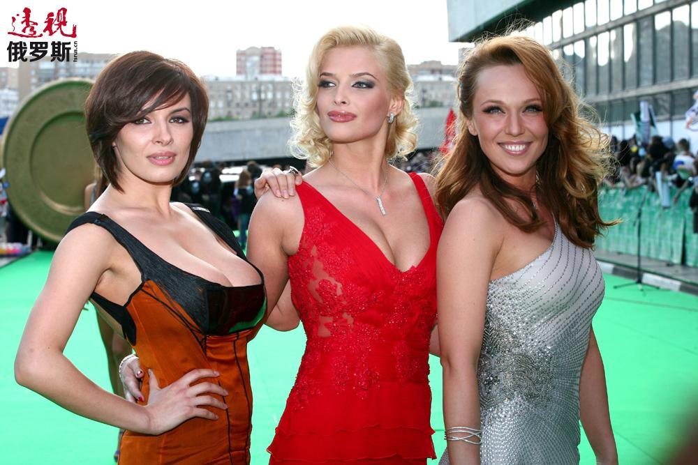 """2008年,塔季扬娜代替薇拉•勃列日涅娃成为""""圣女天团""""重组后的成员。歌曲《我不害怕》的短片是她的首个视频演出,跟她一起拍摄的是圣女天团的其他两位演唱者阿里宾娜•让纳巴耶娃和米歇达•巴加乌季诺娃。"""
