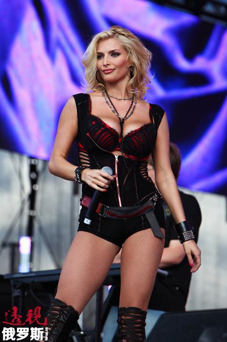 """塔季扬娜•科托娃的歌曲不止一次出现在俄罗斯和独联体国家的俄语音乐频道排行榜上,她还凭借自己豪放的短片获得了2011年俄罗斯音乐台的""""最性感短片视频""""奖。"""