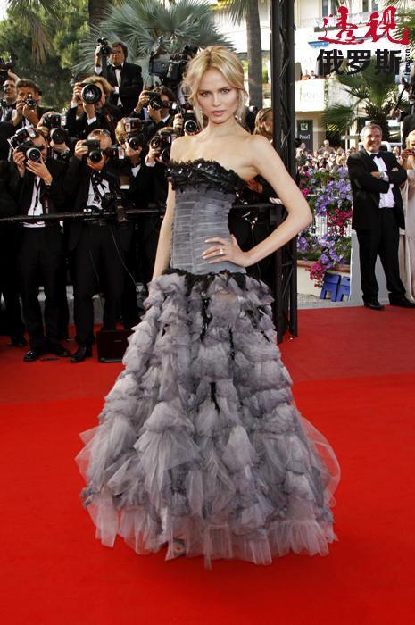 比赛成功后,娜塔莎很快得到为阿尔伯特•菲尔蒂(Alberta Ferretti)品牌展示服装的工作机会。并在巴黎和东京参加了各种展演和拍摄活动。